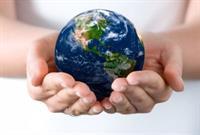 Twee handen houden een wereldbol vast